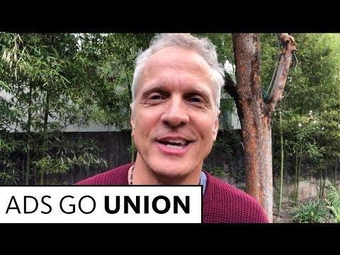 Patrick Fabian está agradecido de haber tenido contratos sindicales cuando comenzó su carrera.