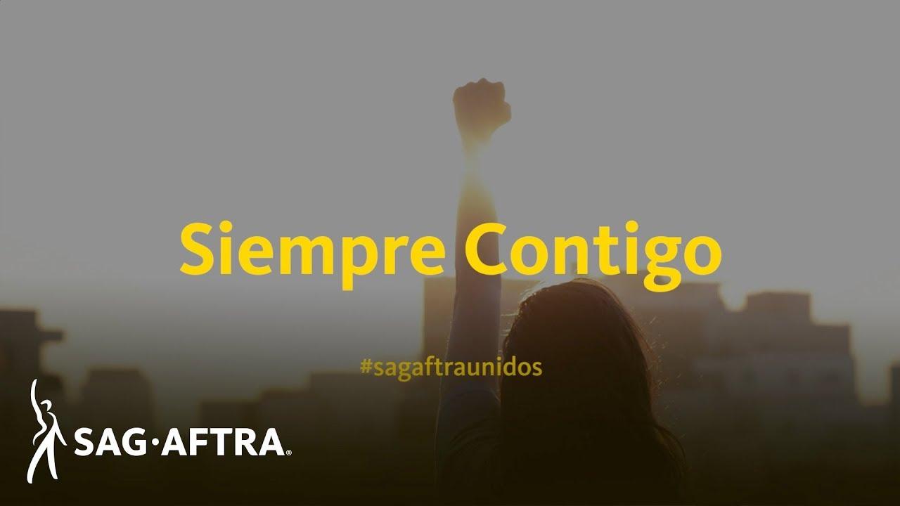 Siempre Contigo en amarillo con #sagaftraunidos en amarillo debajo. El fondo es una silueta de una persona sosteniendo su puño