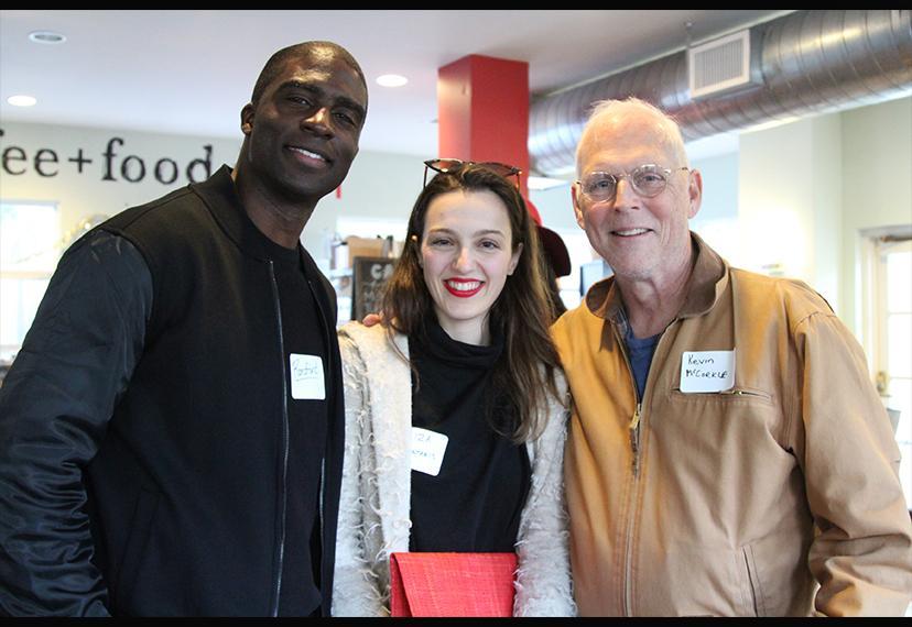 Desde la izquierda, el instructor del conservatorio Ransford Doherty posa con la miembro del conservatorio Eliza Gerontakis y el copresidente del Comité del Conservatorio SAG-AFTRA LA, Kevin McCorkle.