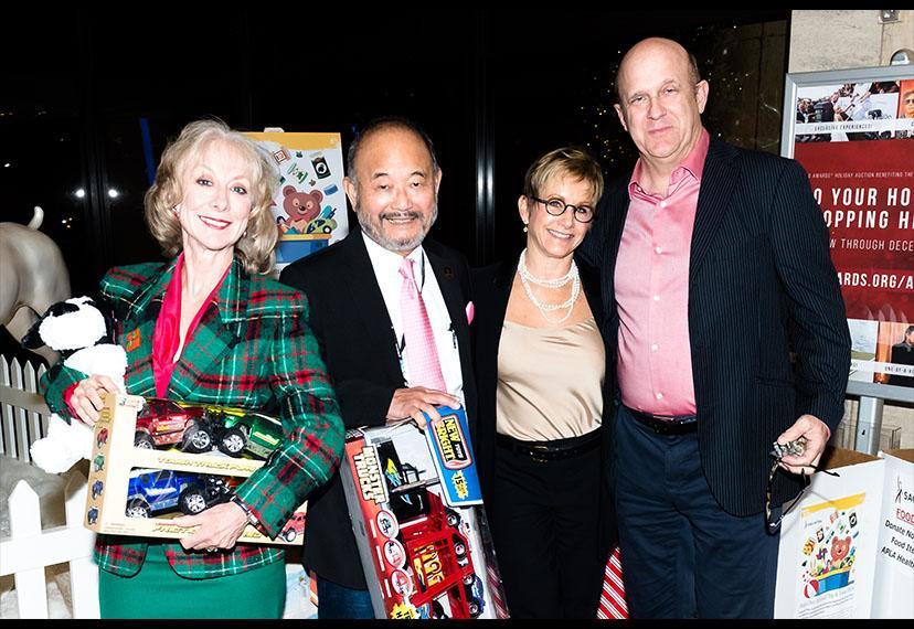 Los Elfos de Santa Claus, o más bien, desde la izquierda, la miembro de la Junta de Los Ángeles, Ellen Crawford, la Vicepresidenta Nacional, Los Ángeles, Clyde Kusatsu, la Presidenta Gabrielle Carteris y la Vicepresidenta Nacional, Actores / Intérpretes, William Charlton, tienen cubiertos los deberes de los juguetes.
