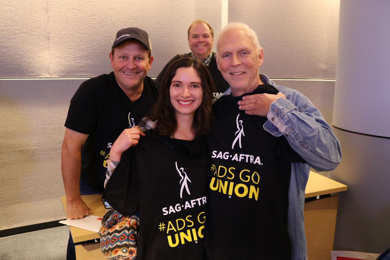 Miembros sosteniendo sus camisas negras SAG-AFTRA #AdsGoUnion en la sala de juntas James Cagney