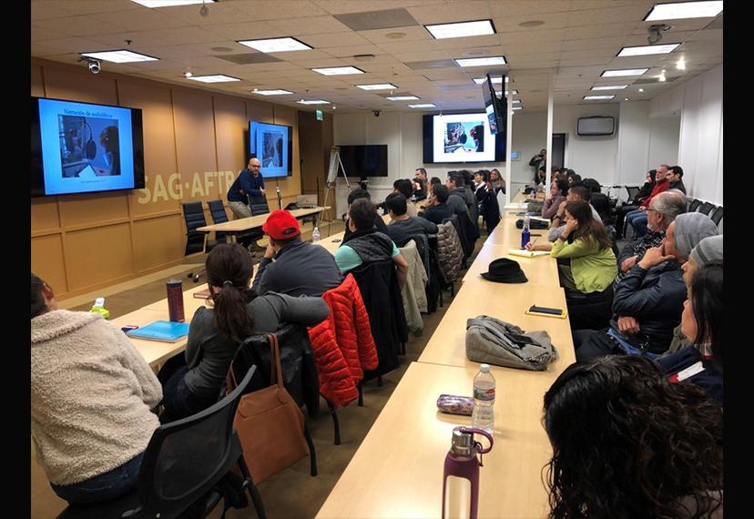 Jorge Reyes de Penguin Random House Grupo Editorial se dirige a una multitud de personas en la sala de conferencias SAG-AFTRA Maxwell.
