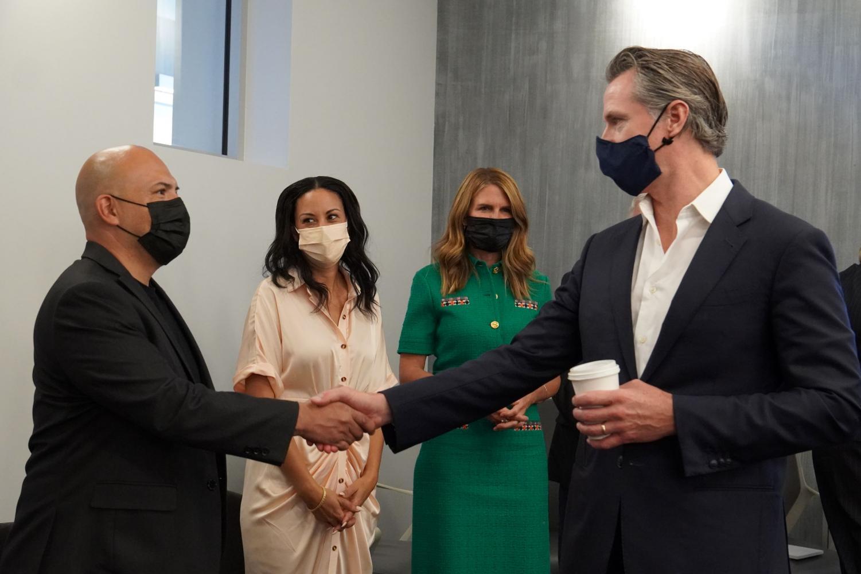 El gobernador de California, Gavin Newsom, a la derecha, le da la mano al gerente de negocios de LiUNA! Local 724, Alex Aguilar, a la izquierda, mientras la asambleísta Autumn Burke y la directora de la Comisión de Cine de California, Colleen Bell, observan.