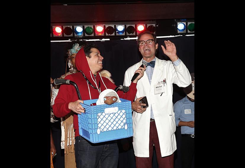 """Con """"Elliot"""" y ET entrevistando a """"Bill Nye the Science Guy"""", el concurso de disfraces es un caso de ciencia ficción que se enfrenta a la teoría científica."""