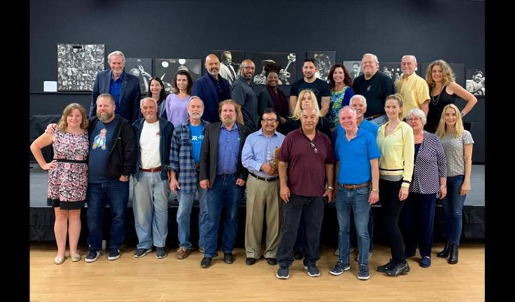 """El presentador del conservatorio """"Best Audition Practices"""" Tom Logan, primera fila, cuarto desde la derecha, con miembros de San Diego Local."""