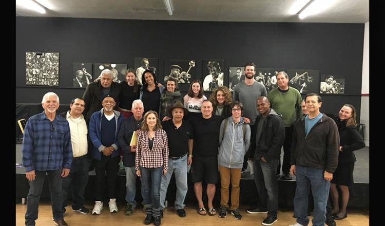 Un grupo diverso de hombres y mujeres representan una foto grupal.