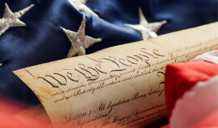 El Congreso no promulgará ninguna ley que respete el establecimiento de una religión o prohíba el libre ejercicio de la misma; o restringir la libertad de expresión, o de prensa; o el derecho del pueblo a reunirse pacíficamente y a solicitar al Gobierno una reestructuración