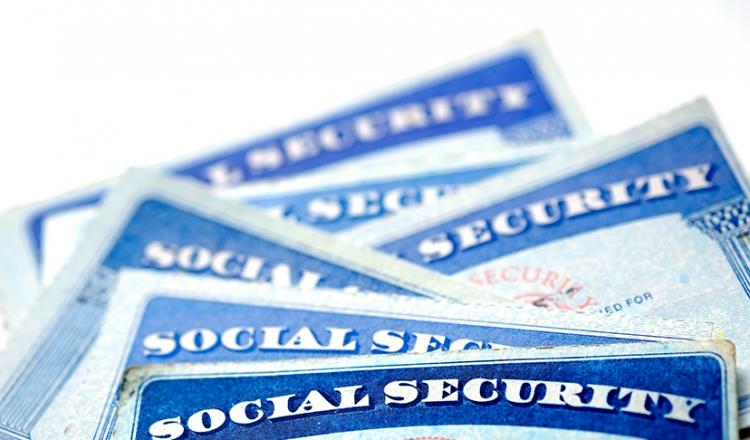 Pila de tarjetas de seguridad social azules desplegadas
