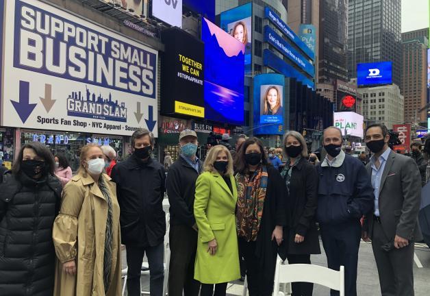 De izquierda a derecha, Patricia White, Presidenta del Local 764 de IATSE, Gale Brewer, Presidente del condado de Manhattan, Senador de Nueva York Brad Hoylman (D-NY), Vicepresidente de Actors Equity Association, Ira Mont, Representante Carolyn Maloney (D-NY), Vicepresidente ejecutivo de SAG-AFTRA y Nuevo yo