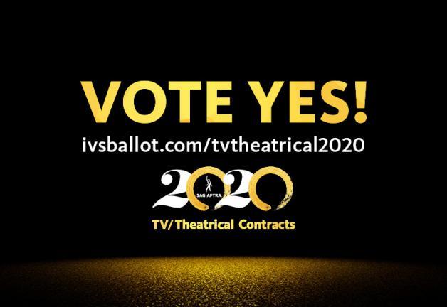 """""""¡VOTE SÍ!"""" en la parte superior en dorado con el logotipo 2020 TV / Theatrical en el centro y ivsballot.com/tvtheatrical2020 en blanco en la parte inferior"""