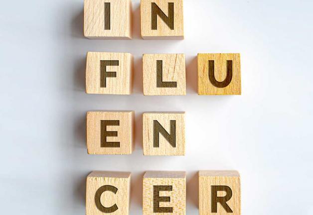 Influencers en letras mayúsculas