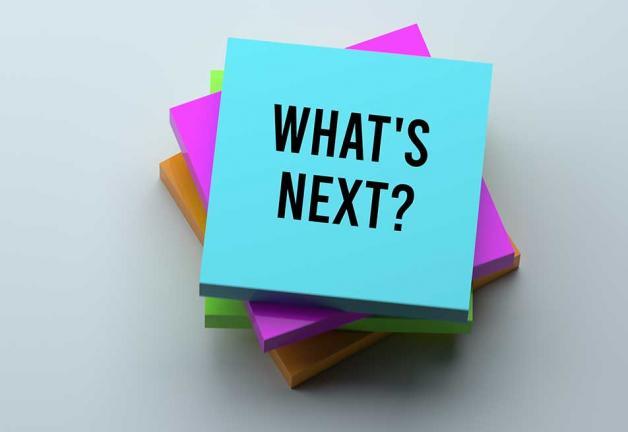 """Pila de post-its con """"What's Next"""" en la parte superior publícalo"""