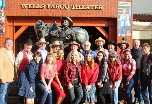 Reparto y equipo de la actuación navideña de 2019 de los jugadores de radio SAG-AFTRA fuera del Wells Fargo Theatre en el Autry Museum of the American West.
