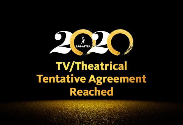 """2020 con 2 blancos y 0 pinceladas doradas sobre fondo negro. """"Acuerdo tentativo de televisión / teatro alcanzado"""" en oro y polvo de oro debajo."""